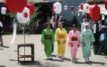 Sejumlah partisipan berjalan dengan menggunakan Kimono (baju adat Jepang) dalam Festifal Jepang 2009 di Kampus UNS, Manahan, Solo, Minggu (7/5).